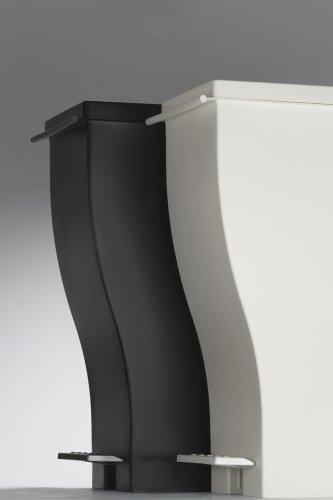 移動が楽なキャスター付きで、調理中も掃除の時も使いやすい。また、ペダル部分が全体から出っ張らないので、足もとが邪魔にならない日本の家庭に合わせたデザインとなっています。