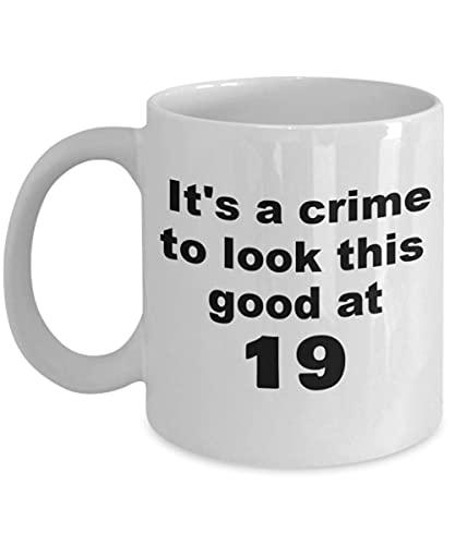 N\A Taza de Regalo de cumpleaños número 19, es un Crimen Verse Tan Bien a los 19 años - Café de Porcelana Blanca