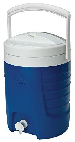 La abertura de la tapa asegura el flujo libre de fluido a través del pasador Dispone de una amplia apertura para llenado y limpieza óptimos Libre de BPA (bisfenol A) Tiene una asa de transporte robusta, plegable para almacenamiento