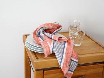 上質なリネンで吸湿性があり、きれいな色でキッチンに華やぎを添えるキッチンクロス。お弁当包みや家電の目隠しに使ったりと、1枚の布なら使い方も自由に選べます。よく自炊している人や料理好きの人におすすめです。