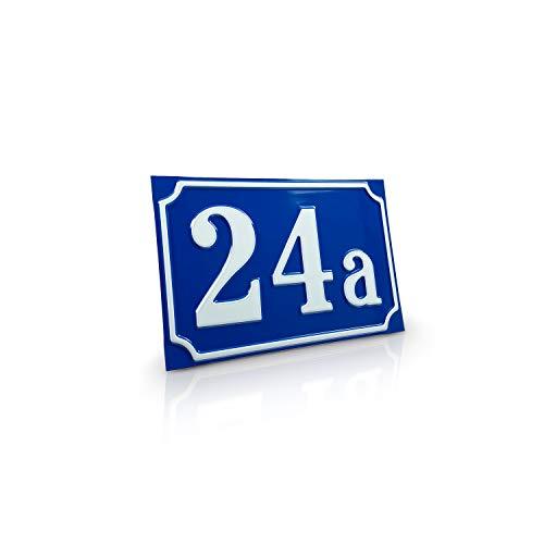 Betriebsausstattung24® Hausnummernschild Hausnummer | Mit Wunschtext Prägung | Aluminiumschild mit Antiqua-Rand | Größe: (18,0 x 12,0 cm, Blau mit weißer Schrift)
