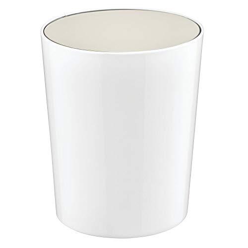 mDesign Cubo de basura con tapa basculante para baño o cocina – Papelera redonda de plástico – Contenedor de residuos compacto con cubeta interior extraíble – blanco/plateado mate