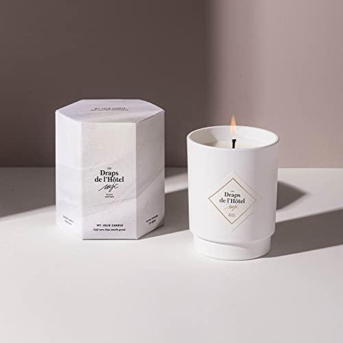My Jolie Candle, candela profumata in cotone bianco con gioiello interno (le lenzuola dell'hotel), collana placcata oro, 50 h Combustion, cera 100% naturale vegetale, 250 g