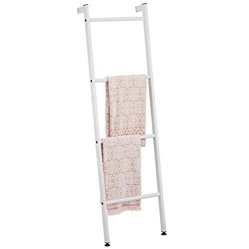 mDesign Organizador de baño para Colgar Toallas con Forma de Escalera – Toallero de pie con Cuatro Barras de Metal – Colgador de Toallas, Ropa o periódicos – Blanco