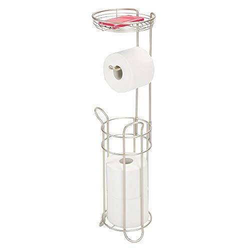 mDesign Portarrollos para baño sin perforación – Portarrollos de pie para baños – Soporte para papel higiénico para cuatro rollos con bandeja metálica – plateado mate