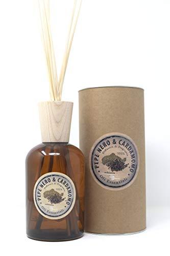 Perfume para ambiente 1000 ml de pimienta negra cardamomo. Una fragancia de tonos cálidos, oscuros y agudos que tonifican el aire infundiendo energía en el espacio.