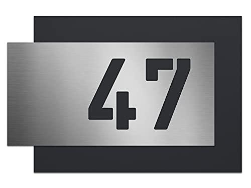 AlbersDesign - individuelle Edelstahl-Hausnummer, zweiteilig mit 3D Effekt, Rückwand pulverbeschichtet in RAL7016, Frontblende in Edelstahl (V2A) gebürstet