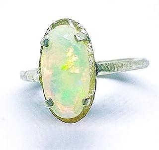 Elegante anello con prezioso e colorato opale Welo etiope intagliato con dimensioni 7 mm x 14 mm. Anello realizzato intera...