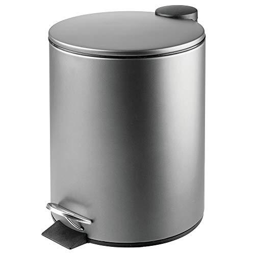 mDesign Papelera de baño redonda – Contenedor de residuos de metal con 5 litros de capacidad, pedal, tapadera y cubo interior – Elegante cubo metálico para baño, cocina o despacho – gris oscuro
