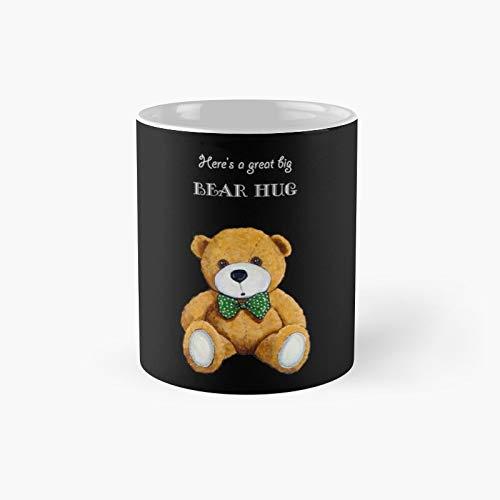 Taza clásica con diseño de oso grande con texto en inglés 'A Big Bear Hug with Cute Teddy On Black Illustration'