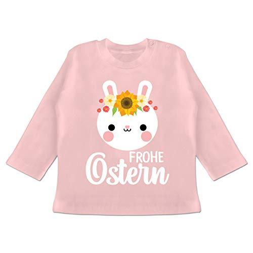 Ostern Baby - Frohe Ostern mit Hase und Blumenkranz - weiß - 12/18 Monate - Babyrosa...