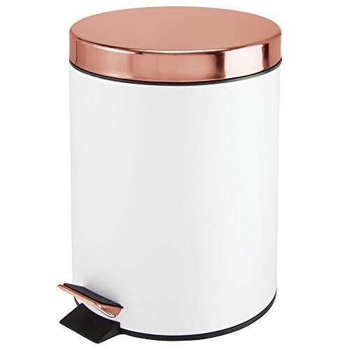MDESIGN Tretmülleimer – 5 L Mülleimer aus Metall mit Pedal, Deckel und Kunststoffeinsatz – perfekt als Kosmetikeimer oder Papierkorb für Bad, Küche, Büro etc. – weiß und rotgoldfarben