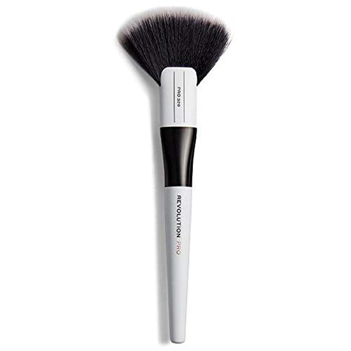 ガソリン失業者プログレッシブ[Revolution ] 革命は320大ファンブラシメイクブラシをプロ - Revolution Pro 320 Large Fan Brush Makeup Brush [並行輸入品]