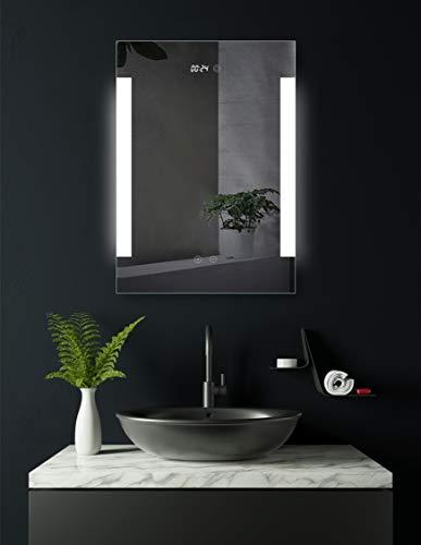 HOKO® LED Bad Spiegel beleuchtet mit Digital Uhr und ANTIBESCHLAG SPIEGELHEIZUNG, Fulda 50x70cm, Badezimmerspiegel mit Licht seitlich, Energieklasse A+ (WEEE-Reg. Nr.: DE 40647673)