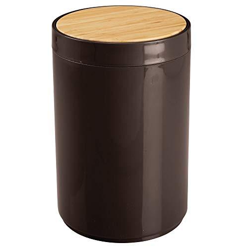 mDesign praktischer Mülleimer Küche – moderner Abfalleimer aus Bambus und Kunststoff für Bad, Büro und Küche mit 5l Fassungsvermögen – stabiler Papierkorb mit Deckel – dunkelbraun und bambusfarben