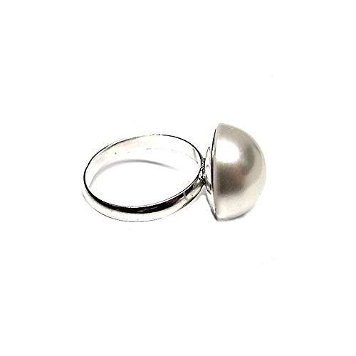 Minoplata Anillo de Plata de ley 925 con media Perla sintética 16 Mm. un diseño precioso ideal para mujeres que adoran las joyas elegantes. Lo puedes combinar con los Pendientes a juego