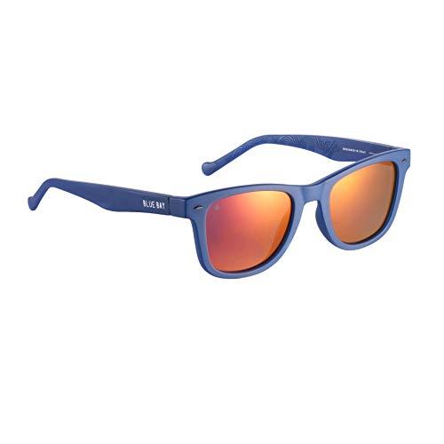 BLUE BAY CHITRA, Gafas de Sol Polarizadas para Hombre y Mujer, 100% Protección UV, Gafas de Sol Sostenibles de Material Reciclado, Ligeras y Flexibles, Montura Azul y Cristales Grises y Rojos, 26 gr