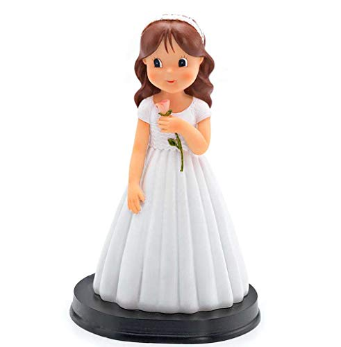 Figura tarta niña Comunión con vestido blanco con rosa en la mano, detalle de ondas relieve en el cuerpo. Recuerdo pastel Primera Comunión chica.
