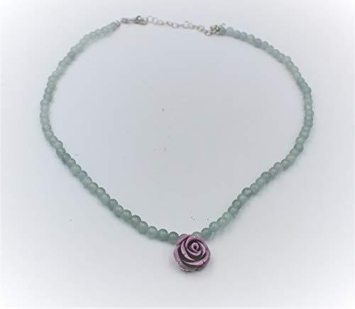 Collar de plata y piedras ágata verde con colgante en el centro en forma de rosa lila de porcelana. Longitud 45 cm. Ajustable.