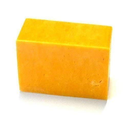 Cheddar irlandese delicato tradizionale tagliato fresco dalla forma 300 g Il cheddar è il più famoso formaggio irlandese in Germania. Formaggio da taglio Irlandese. Latte di mucca pastorizzata almeno con 48% di grasso Spedizione refrigerata nei perio...