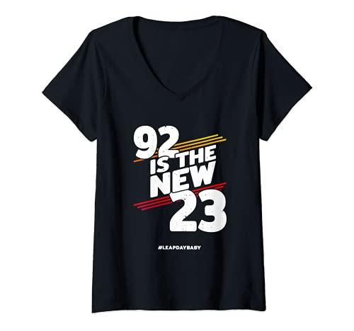 Mujer Año bisiesto, cumpleaños 2020 – 92 años – Día bisiesto Camiseta Cuello V