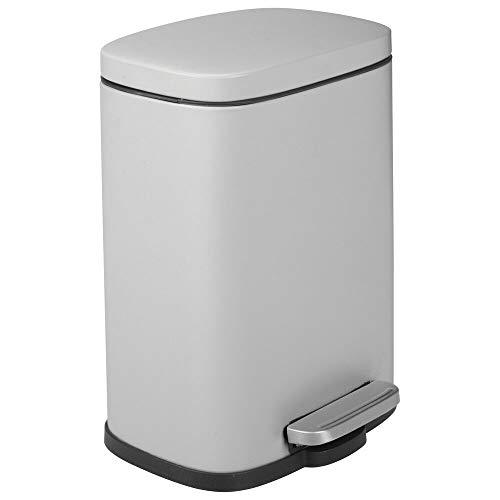 mDesign Cubo de basura con pedal, tapa y cubo de plástico – Contenedor de residuos hecho de acero y con 5 litros de capacidad – Pequeña papelera de baño, cocina, oficina, etc. – gris