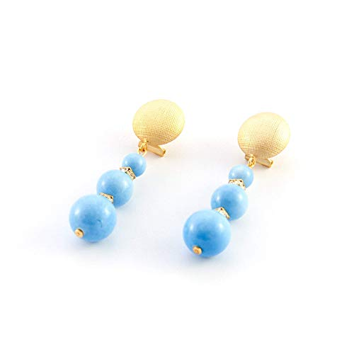 Pendiente largo de mujer único y elegante con bolas de resina en terminación porcelánica, rondel de strass intercalado y base con cierre omega en terminación oro mate. Azul