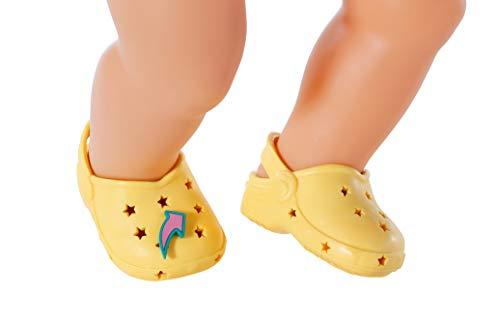 BABY born Holiday Schuhe mit Pins für 43cm Puppe - Vier bunte Deko-Akzente - Leicht für Kleine Hände, Kreatives Spiel fördert Empathie & Soziale Fähigkeiten, für Kleinkinder ab 3 Jahren