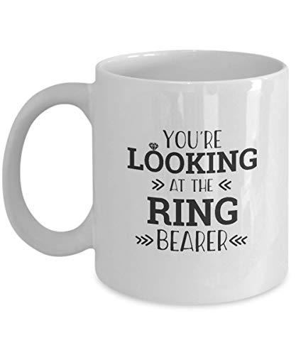 Regalos Fanáticos del portador del anillo: 'Estás mirando al portador del anillo' Portador del anillo, protector del anillo, padrino de boda, muchacho del anillo, taza blanca, taza de café de cerámica