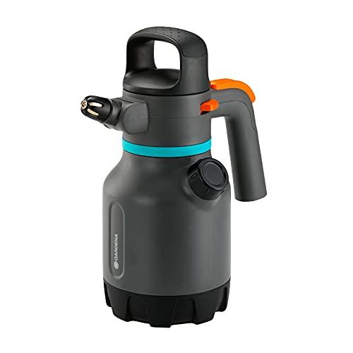 GARDENA Drucksprüher 1.25 l: Drucksprühgerät mit abwinkelbarer 90° Düse, zweiter Öffnung mit zusätzlicher Dosiekappe, ergonomischer Griff (11120-20)