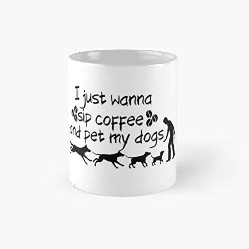Taza clásica con texto en inglés 'I Just Wanna Sip Coffee and Pet My Dogs' de 11 onzas