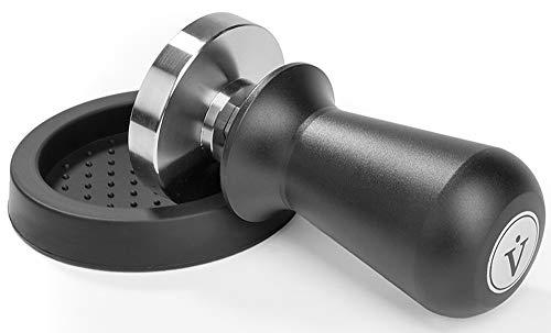 VIENESSO Profi Barista Tamper Set – Druckregulierend mit Anpressdruck von ca. 14kg durch integrierte Feder - Kaffee Stempel aus Edelstahl inkl. Matte für optimales tampern + E-Book! (schwarz, 58 mm)
