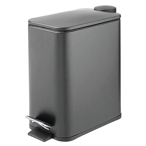 mDesign rechteckiger Tretmülleimer – 5 l Mülleimer aus Metall mit Pedal, Deckel und Kunststoffeinsatz – eleganter Kosmetikeimer oder Papierkorb für Bad, Küche und Büro – dunkelgrau