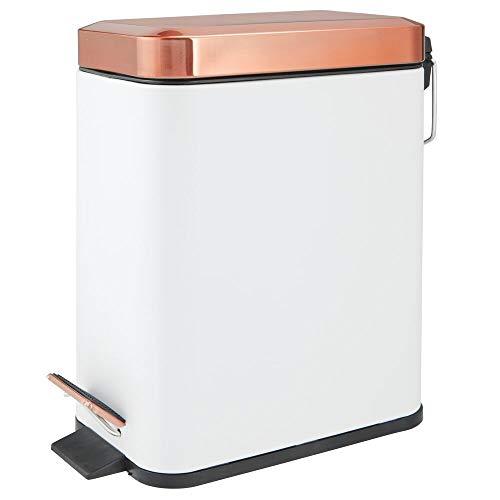 mDesign Cubo de basura rectangular de 5 litros – Compacto contenedor de residuos con cubeta interior para oficina, baño o dormitorio – Moderna papelera de acero y plástico – blanco y dorado rojizo