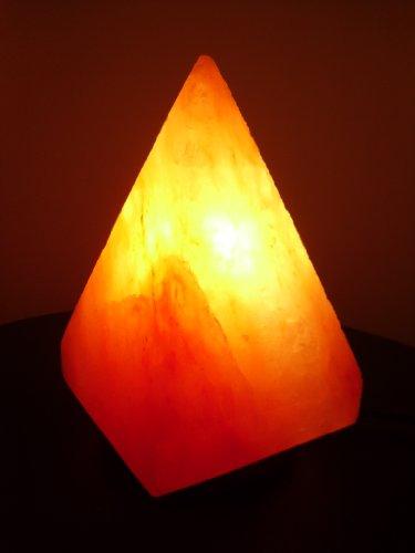 Lampada in cristalli di sale a forma di piramide