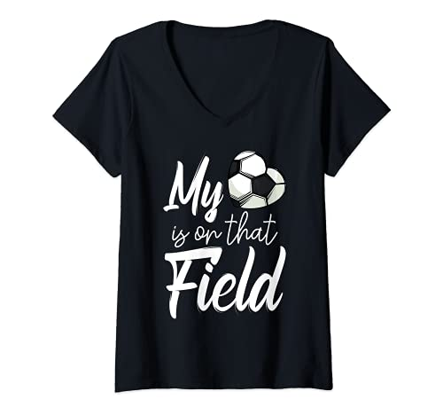Mujer Mi corazón está en ese campo de fútbol divertido jugador del equipo de fútbol Camiseta Cuello V