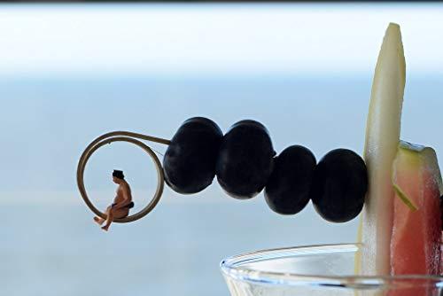 Coole schöne fröhliche Fotografie (DIN A4) meiner Foto-Kunst - zum Verschenken oder Sich-selbst-eine Freude machen von Fotografin aus Berlin | Sumo Ringer auf Cocktail Blaubeeren Melonen Spieß