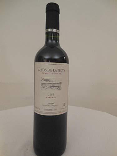 jumilla bodegas olivares altos de la hoya rouge 2005 - murcia espagne: une bouteille de vin.