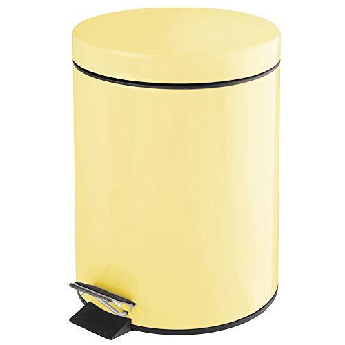 mDesign Cubo de Basura con Pedal – Contenedor de residuos de Metal de 5 litros con Tapa y Cubo extraíble de plástico – Ideal para cosméticos o como Papelera de baño, Cocina u Oficina – Amarillo Claro