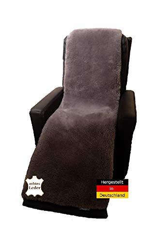 Lammfell Sesselauflage von LANABEST. In Deutschland hergestellt. Echtes Merino Lammfell, zart, weich und geruchsarm. 40°C waschbar. Anthrazit-grau 50 x 150 cm