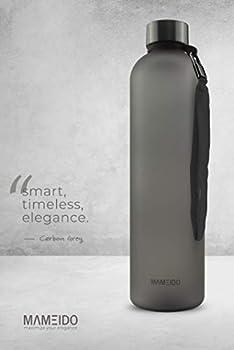 MAMEIDO Bouteille 1l - Gourde Design Plastique de Sport avec Marqueur de Temps de Motivation, sans BPA - Gourdes d'eau étanche pour Femme et Homme, Randonnée, Gymnastique, Detox (Carbon Grey)