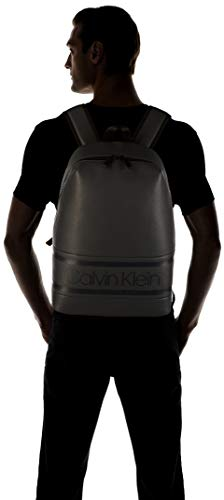 31pq5ToDw3L - Calvin Klein Striped Logo Pu Round Backpack - Mochilas Hombre