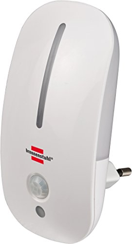 Brennenstuhl LED-Nachtlicht / sanftes Orientierungslicht mit Infrarot-Bewegungsmelder und Dämmungssensor für die Steckdose (mit Schalter) weiß
