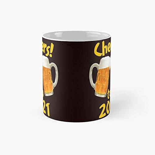 Cheers to 20212 Taza clásica de cerveza   El mejor regalo divertido tazas de café 11 oz