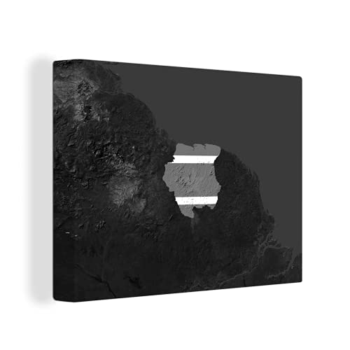Leinwandbild - Ein Satellitenbild von Suriname mit der Flagge des Landes darüber - schwarz & weiß - 120x90 cm