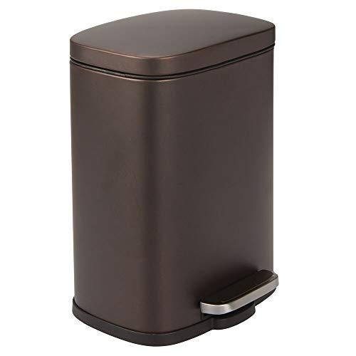 mDesign Cubo de basura con pedal – Contenedor de residuos de 5 l de acero con pedal, tapa y cubo de plástico – Pequeña papelera de baño, cocina, oficina, etc. – color bronce