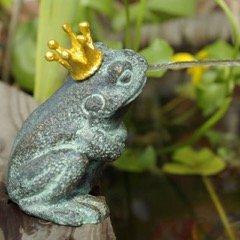 Gartenzaubereien Wasserspeier Froschkönig Teichfigur aus Bronze