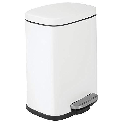 mDesign Cubo de basura con pedal, tapa y cubo de plástico – Contenedor de residuos hecho de acero y con 5 litros de capacidad – Pequeña papelera de baño, cocina, oficina, etc. – blanco