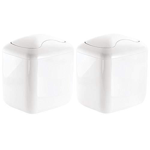mDesign Juego de 2 papeleras de baño pequeñas en plástico resistente – Cubo de basura para encimera con tapa basculante – Accesorios de baño para colocar sobre la mesa – blanco