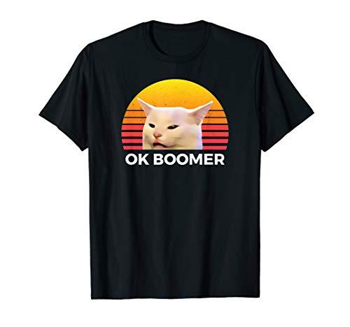 Frau, die beim Tisch Abendessen schreit Funny Ok Boomer Cat T-Shirt